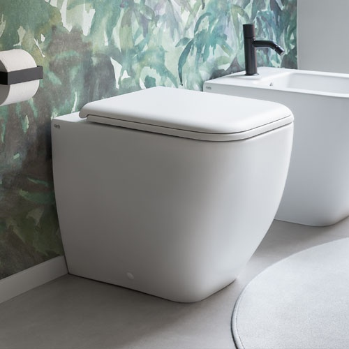 Back-to-wall WC with adjustable water inlet/outlet rimless