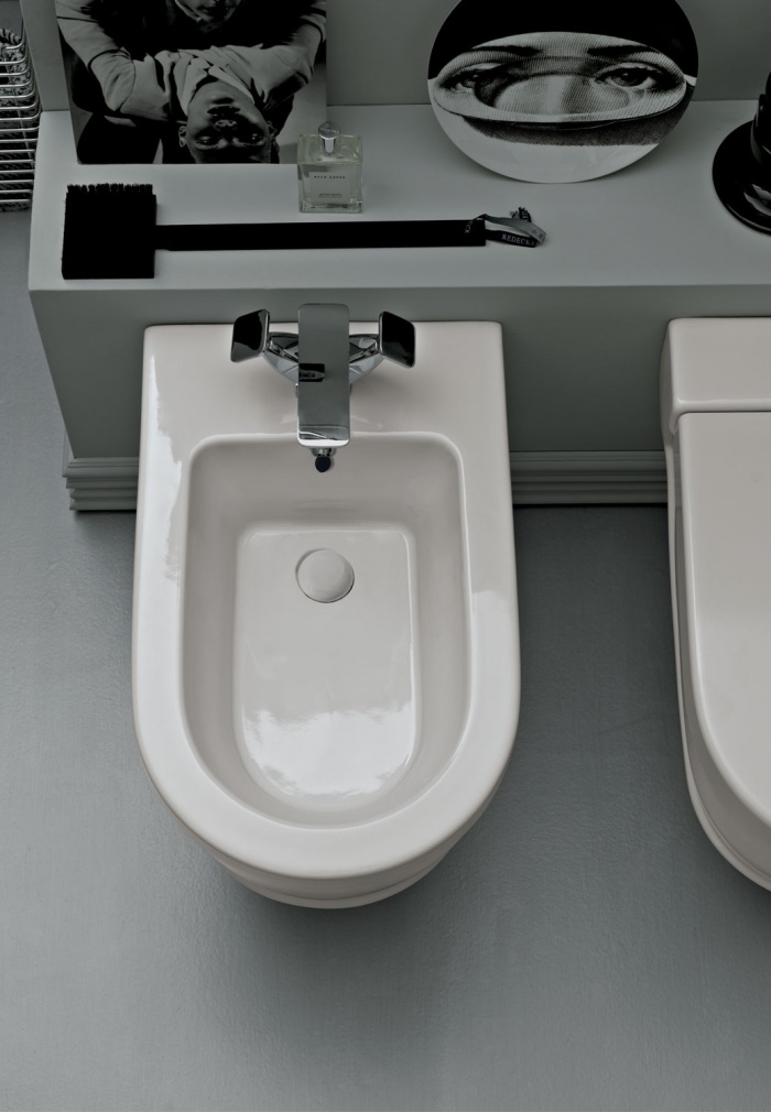 Wall-hung bidet. Glossy White finishes.
