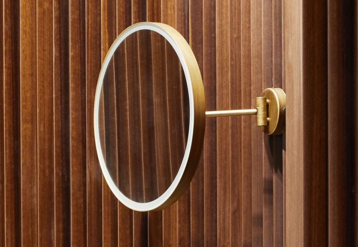 Specchio Pluto con luce. Finitura Bronzo spazzolato.
