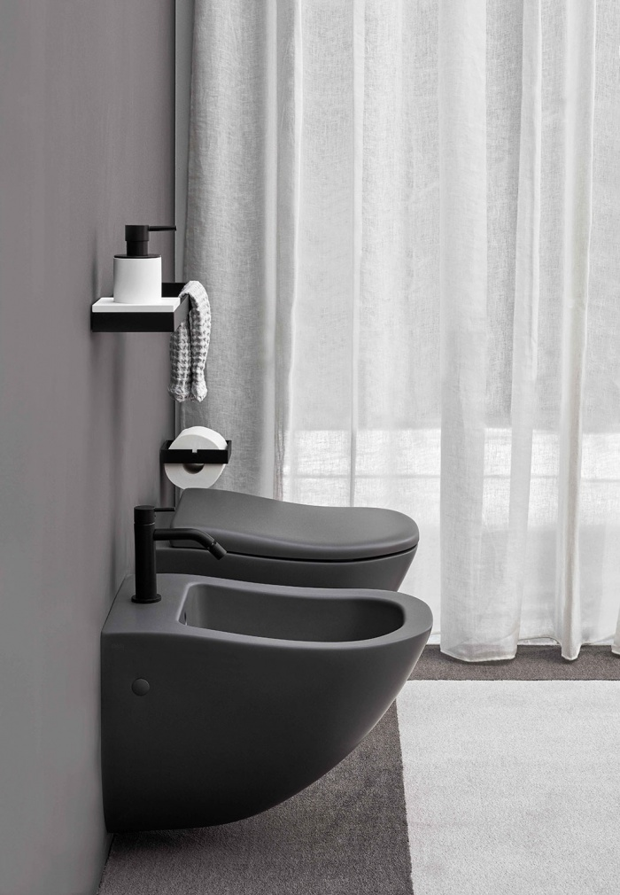 Wall-hung wc e bidet. Cemento finishes.