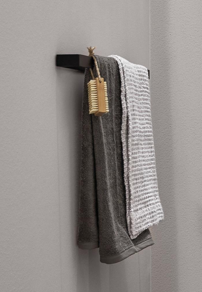 Rectangular towel rail. Nero Matt finishes.