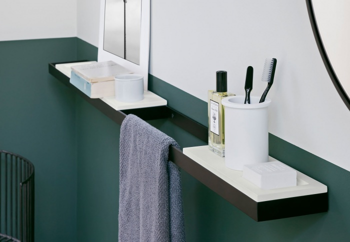Trays for accessories. Nero Matt finishes. Soap holders in livingtec. White finishes.