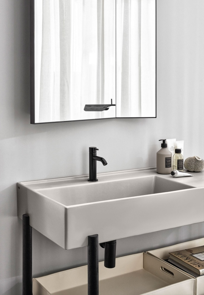 White leather basket. Pomice Plinio washbasin. Matt Black framework.